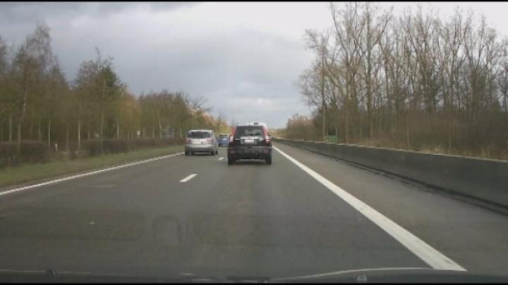 Dashcam filmt vallende boom op auto