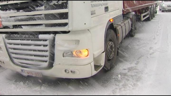 Kruispunt Prima Lux in Herentals zit vast door hevige sneeuwval