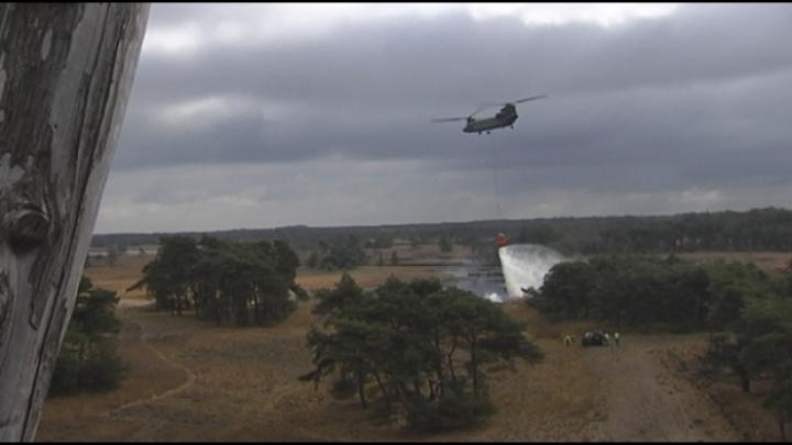 Brandweeroefening met blushelikopters