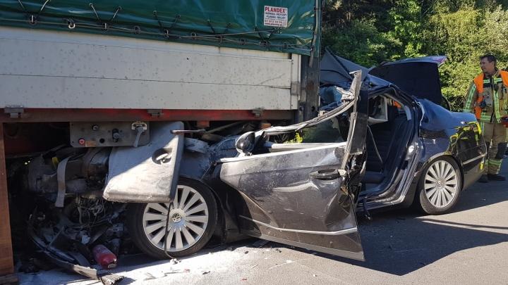 Auto Komt Onder Vrachtwagen Terecht Op E 34 Rtv