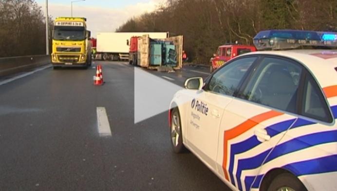 Gekantelde vrachtwagen zorgt voor verkeerschaos