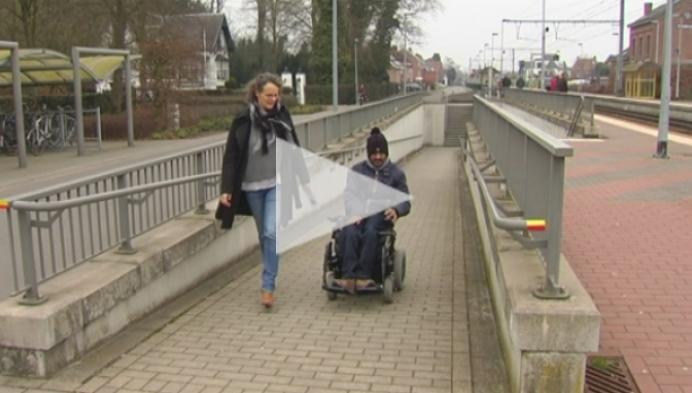 Rolstoelgebruiker Francis Rombouts ijvert voor assistentie in station van Tielen