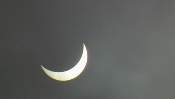 Leerlingen Sint-Ursula-Instituut kijken naar de zonsverduistering