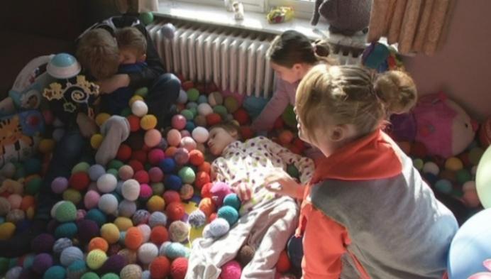 Familie zoekt restjes wol voor ballenbad gehandicapte zoon en dochter