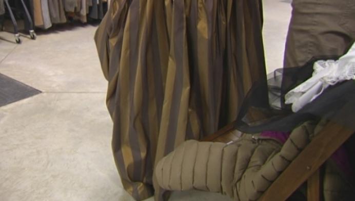 Figuranten passen kostuum voor de Hanswijkprocessie