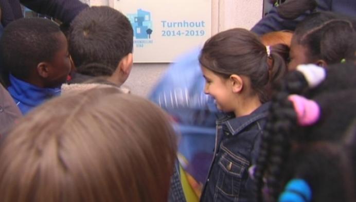 Sven Gatz onthult bord 'Kindvriendelijke Stad' in Turnhout