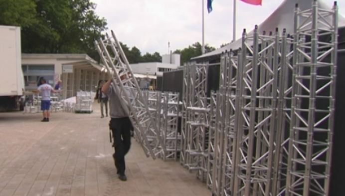 Opbouw Legacy festival op Zilvermeer in Mol