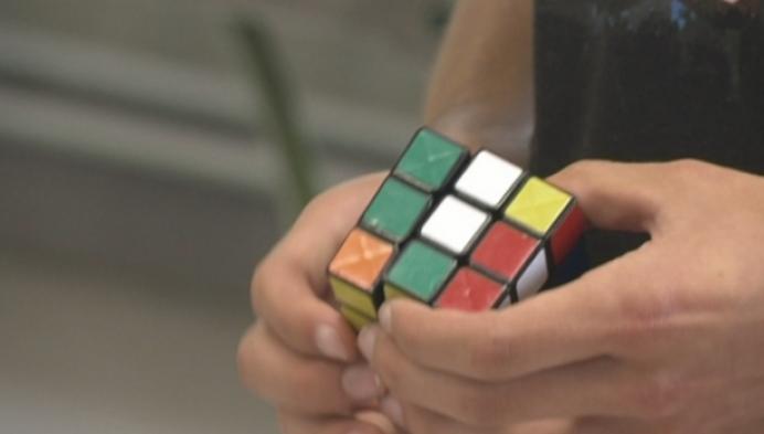 Robot lost Rubiks Cube op in enkele minuten