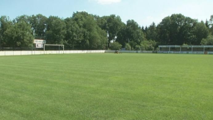 Vandaal graaft graszoden uit voetbalterrein Oevel