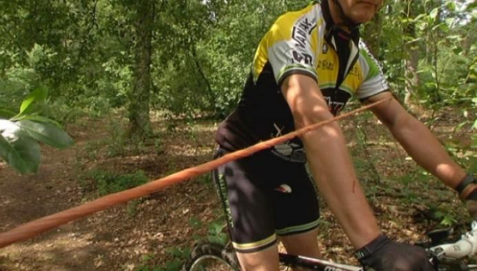Fietser gewond door gespannen kabel in bospad