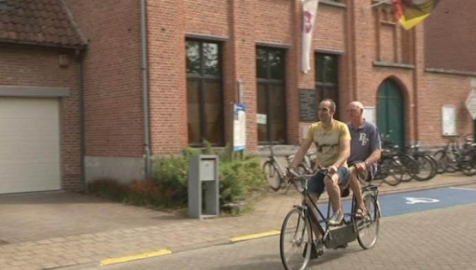 Blindenvereniging schenkt tandem aan Weerts Vlechtmuseum