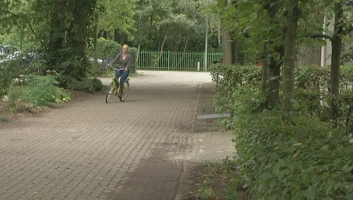 Schepen schenkt school eigenhandig 10 fietsen