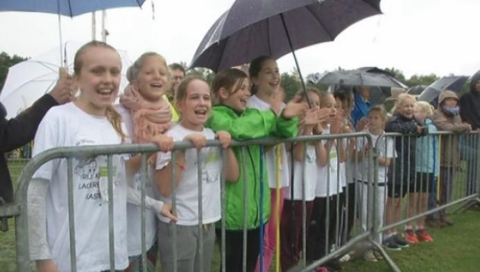 Scholenveldloop in de gietende regen