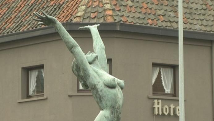 Vlaams Belang bedekt bloot standbeeld