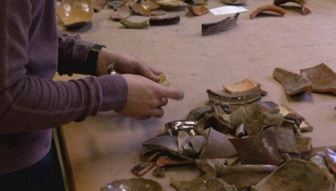 Leerlingen onderzoeken Middeleeuws aardewerk tijdens Zuiddag