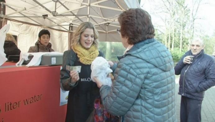 Dina Tersago verkoopt soep aan Imeldaziekenhuis