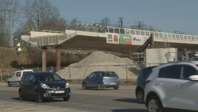Kruispunt afgesloten tijdens plaatsing spoorwegbrug Jubellaan