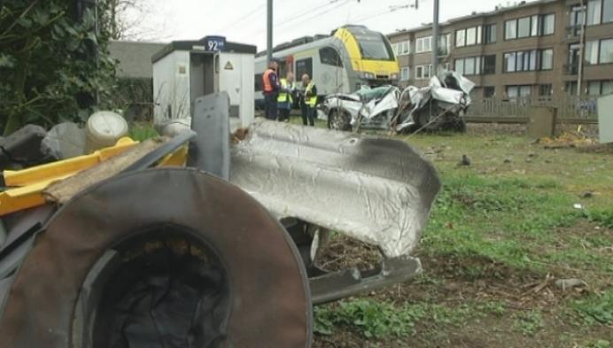 Zwaargewonde bij aanrijding tussen auto en trein