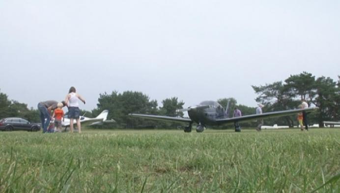 Kinderen dopen nieuw vliegtuig van 60-jarige aeroclub