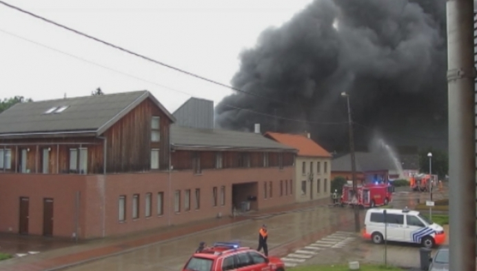 Loods transportbedrijf Hulshout brandt volledig uit