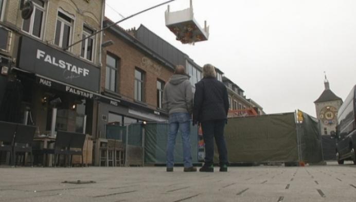 Ondersteboven hangend feestmaal aan café Falstaff