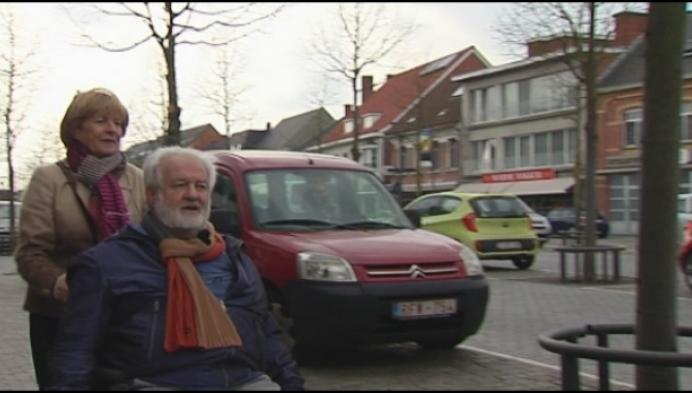 Paal staat in de weg aan parkeerplaats voor rolstoelgebruikers
