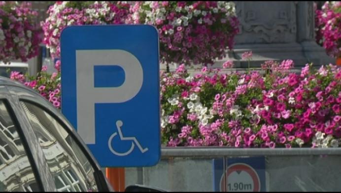 Politie zet foutparkeerders op gehandicaptenplaats op facebook