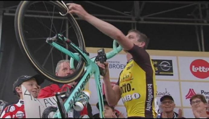 Jurgen Van den Broeck hangt fiets aan de haak