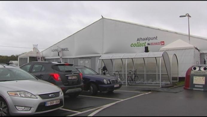 Lege rekken in de Delhaize tent in Sint-Katelijne-Waver