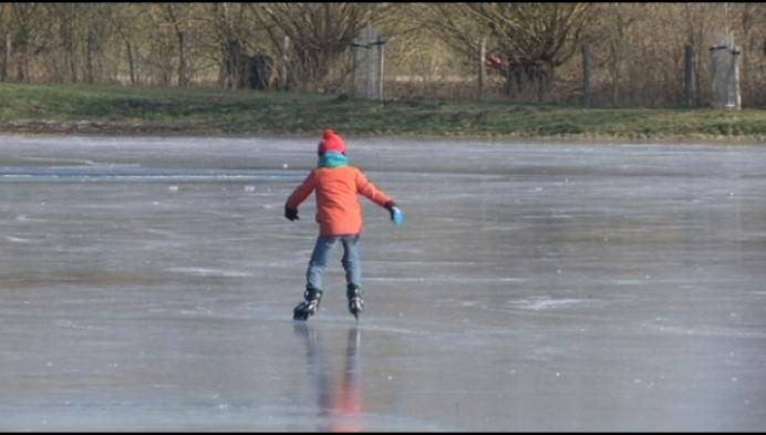 Eerste schaatsers op Bleukensweide in Leest