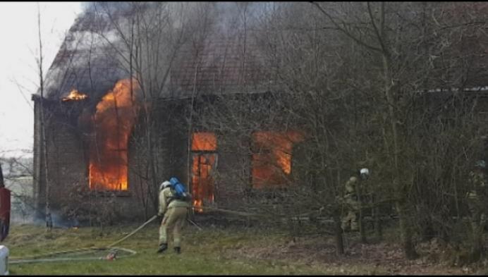 Brand legt verlaten hoeve in de as