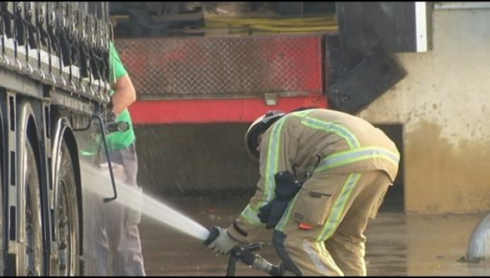 Brandweer rukt uit voor lekgeslagen container met bijtend zuur