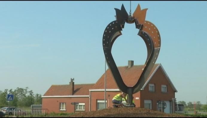 Grote metalen aardbeikunstwerk verwelkomt bezoekers in Hoogstraten