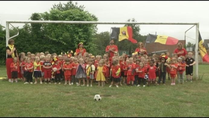 Kleuters Bijenkorf trappen eerste duivelse WK-match op gang