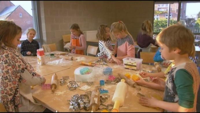 Kinderen Larum bakken koekjes voor MPI Oosterlo