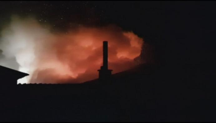 Uitslaande brand legt 2 opslagplaatsen in de as