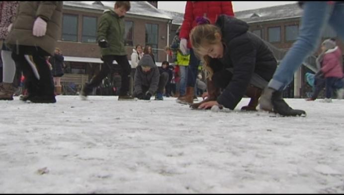 """Sneeuwpret in Heistse basisschool: """"Sneeuwengel maken"""""""
