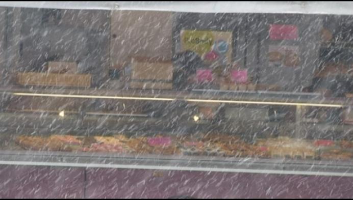 Minder marktkramers op Molse markt door sneeuw