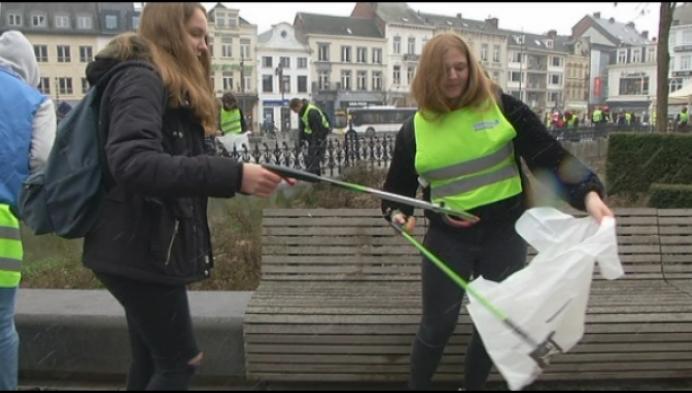 Spijbelende klimaatbetogers rapen zwerfvuil in Turnhout