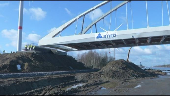 Nieuwe brug over Albertkanaal in Laakdal op zijn plaats