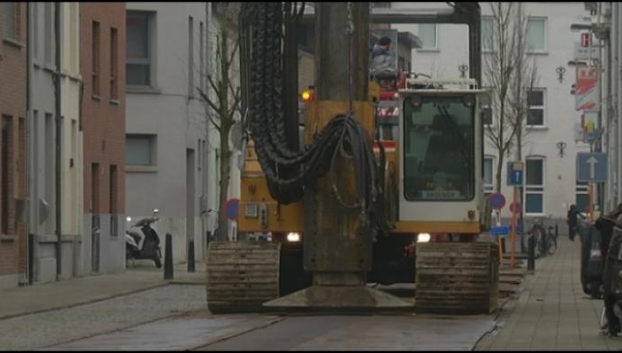 Huzarenstukje: aannemer transporteert grote machine door centrum van Lier