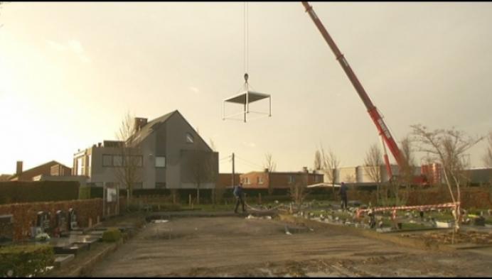 Kraan hijst luifel van 7,5 ton op kerkhof in Heist