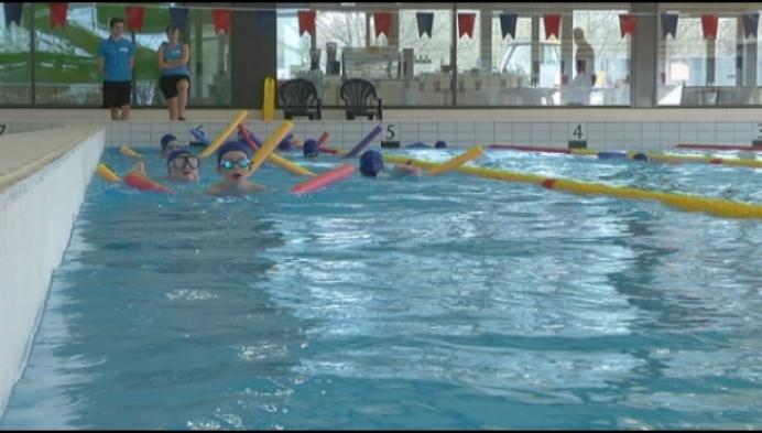 Scholen testen gloednieuw zwembad van Mol uit