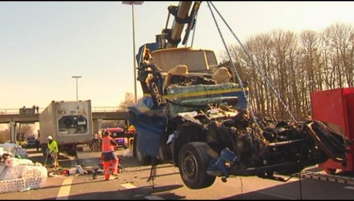 E313 urenlang versperd door zwaar ongeval