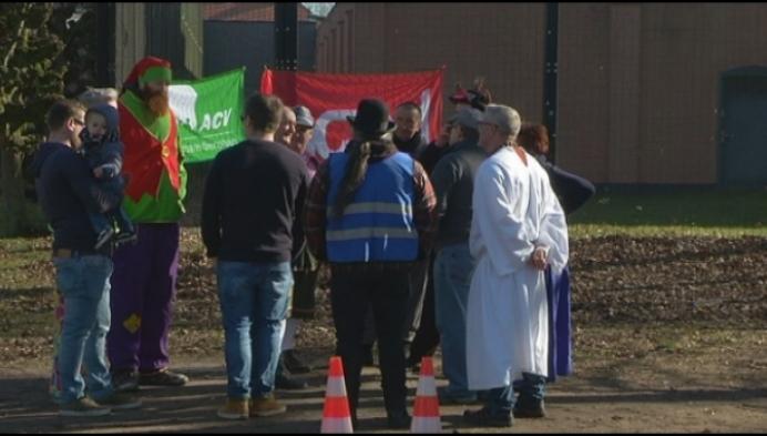 Ludiek protest tegen uniformtekort in Centrum voor Illegalen