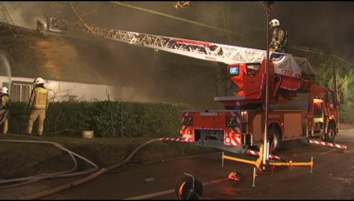 Brand aan rieten dak maakt huis onbewoonbaar