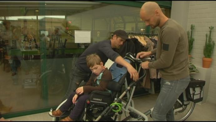 Tom Boonen schenkt fiets aan jongen met beperking