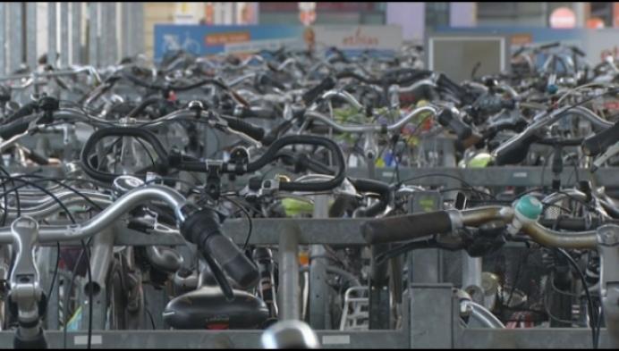 Ongebruikte fietsen aan station worden weggehaald