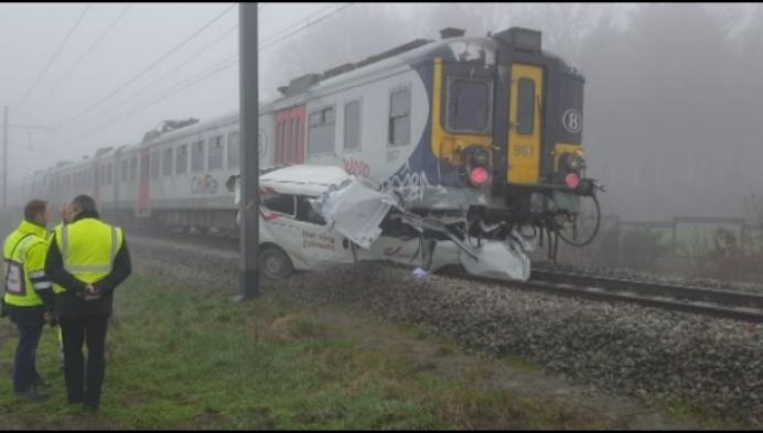 Bpost-bestelwagen komt onder trein terecht in Lichtaart