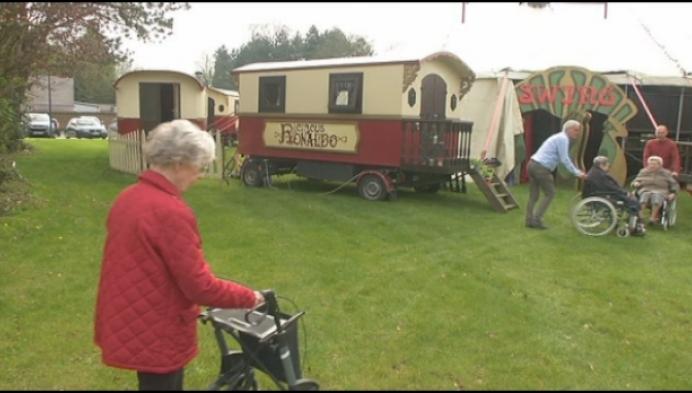 Rusthuisbewoners bij de buren naar het circus